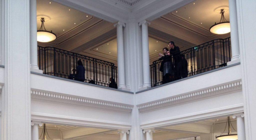 Die Gallerie im oberen Stockwek des Apple Stores in Amsterdam wird gezeigt.