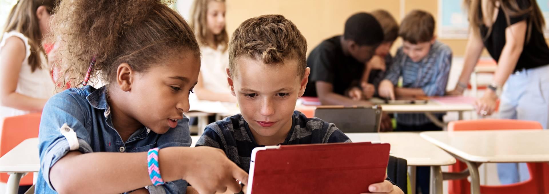Kinder lernen selbständig zu arbeiten und zu interagieren dank der iPads in der Schule.