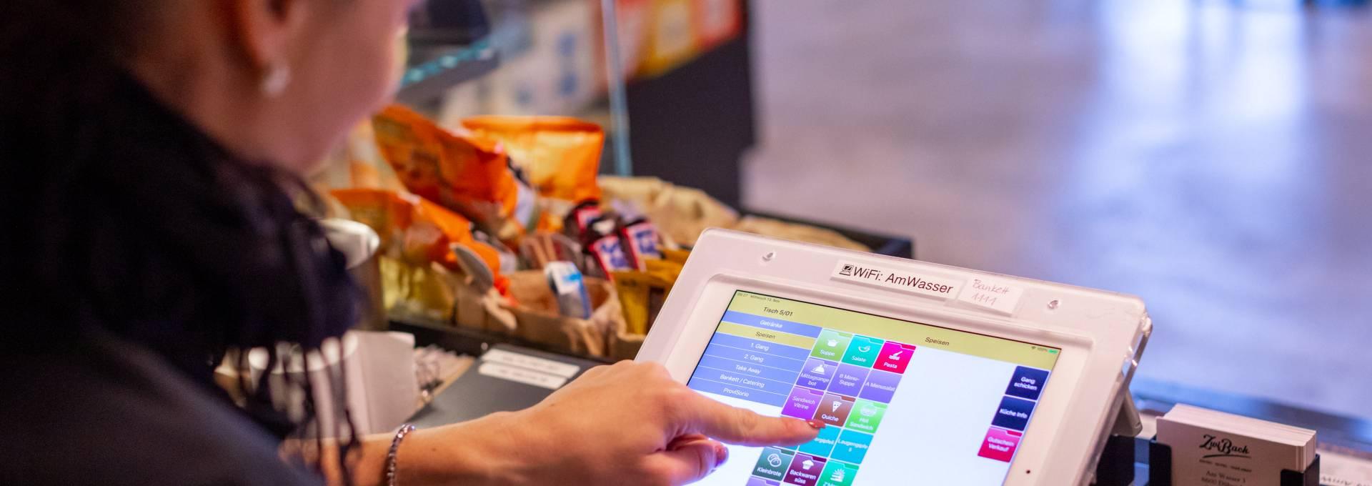 Das Bild zeigt den Einsatz von Gastrofix in der Praxis auf einem iPad