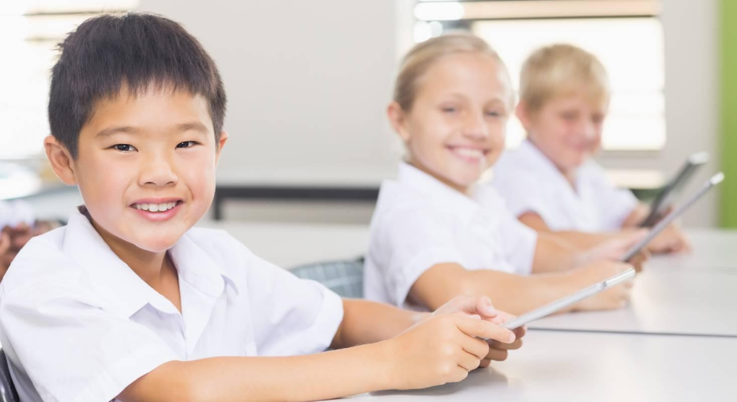 Kinder profitieren später von der frühen Konfrontation mit der Digitalisierung in der Schule.