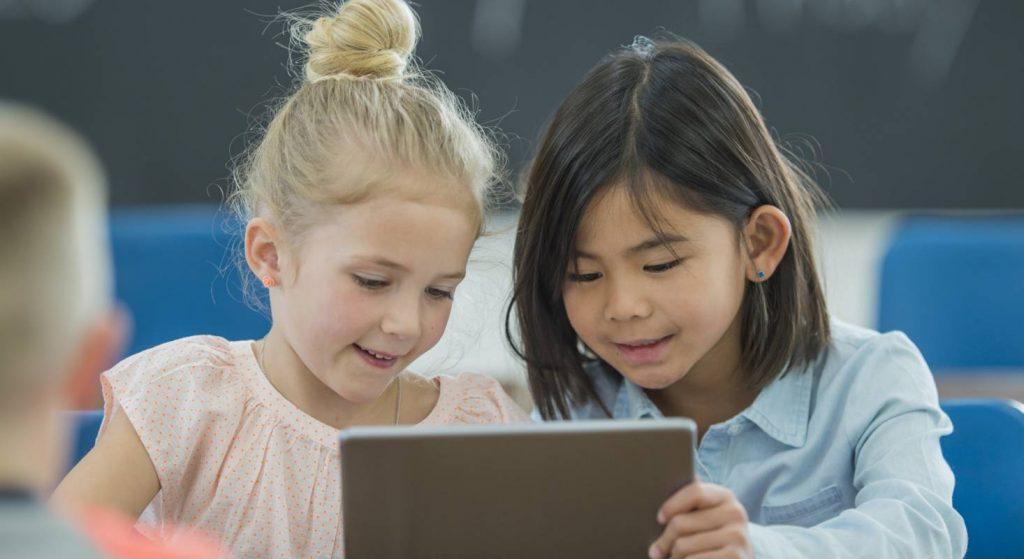 Das iPad im Schulalltag fördert bei den Kindern das selbständige erarbeiten von Lösungen und das Interagieren mit anderen.