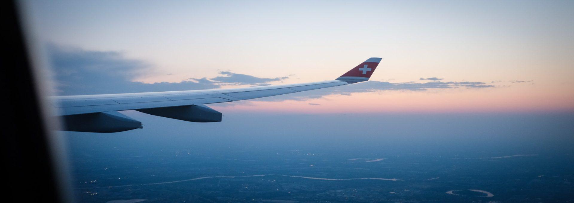 Der Flügel eines Swiss Flugzeuges in der Abendstimmung soll ein Bild von einer Reise vermitteln.