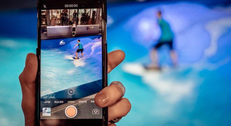Das Bild zeigt die Aufnahme eines Surfers mit dem iPhone auf der Indoor Citywave im OANA.