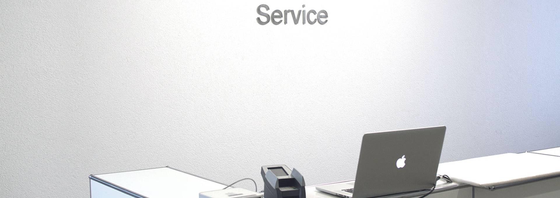 Die Sicht des Kunden, wenn er vor dem Service Desk von DQ Solutions steht.