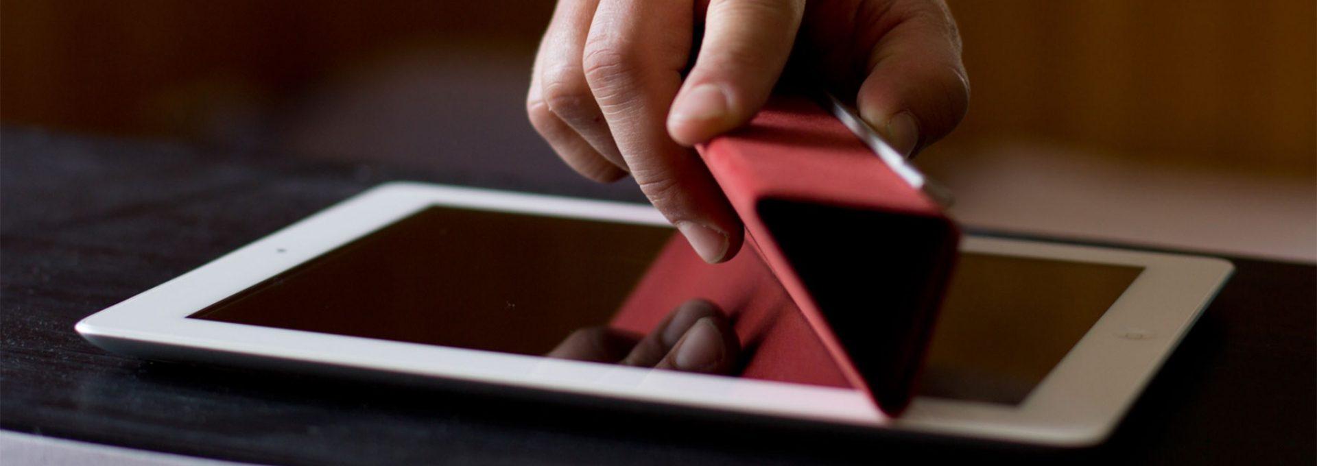 Veranschaulichung der Displayreinigung beim iPad mit SmartCover