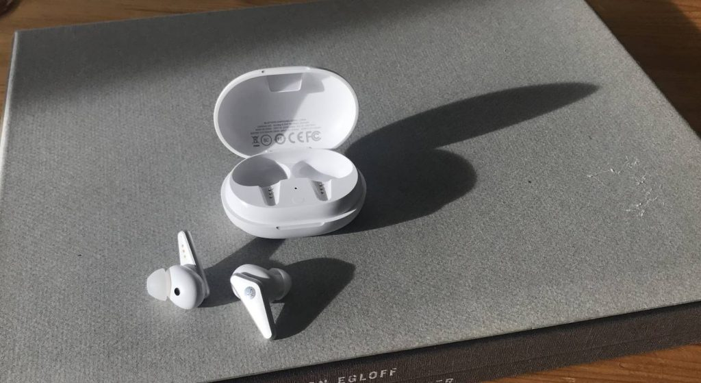 Das Battery Case von den In-Ear Kopfhörern Libratone TRACK Air+ ist praktisch klein und passt in jede Tasche.