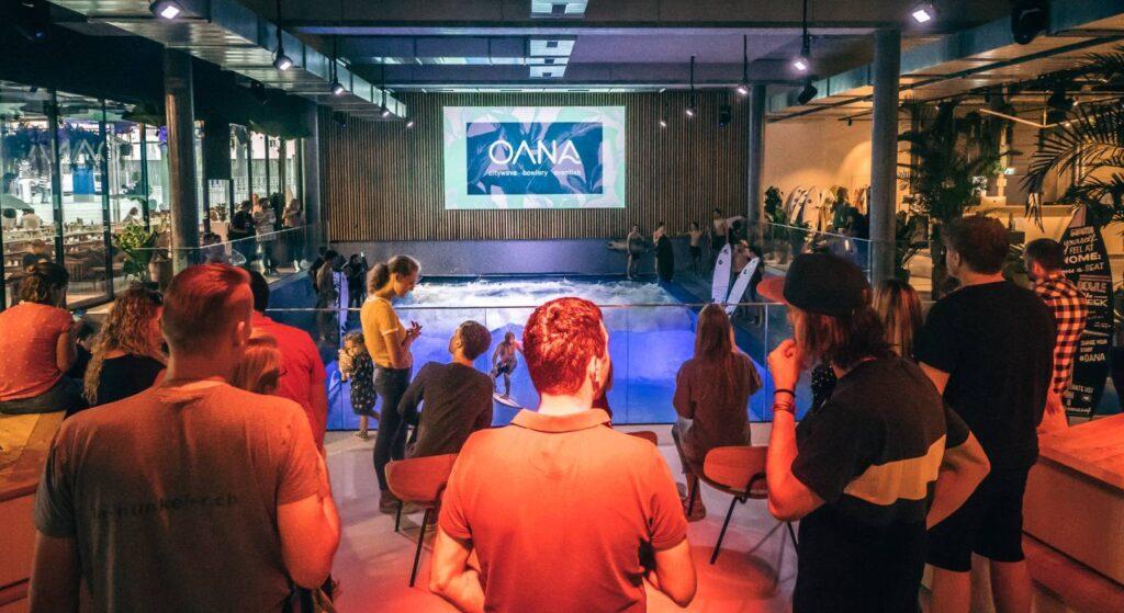 Im OANA finden regelmässig Events statt. Die Besucher können spannende Anlässe geniessen und zusammen Surfen sowie Essen.