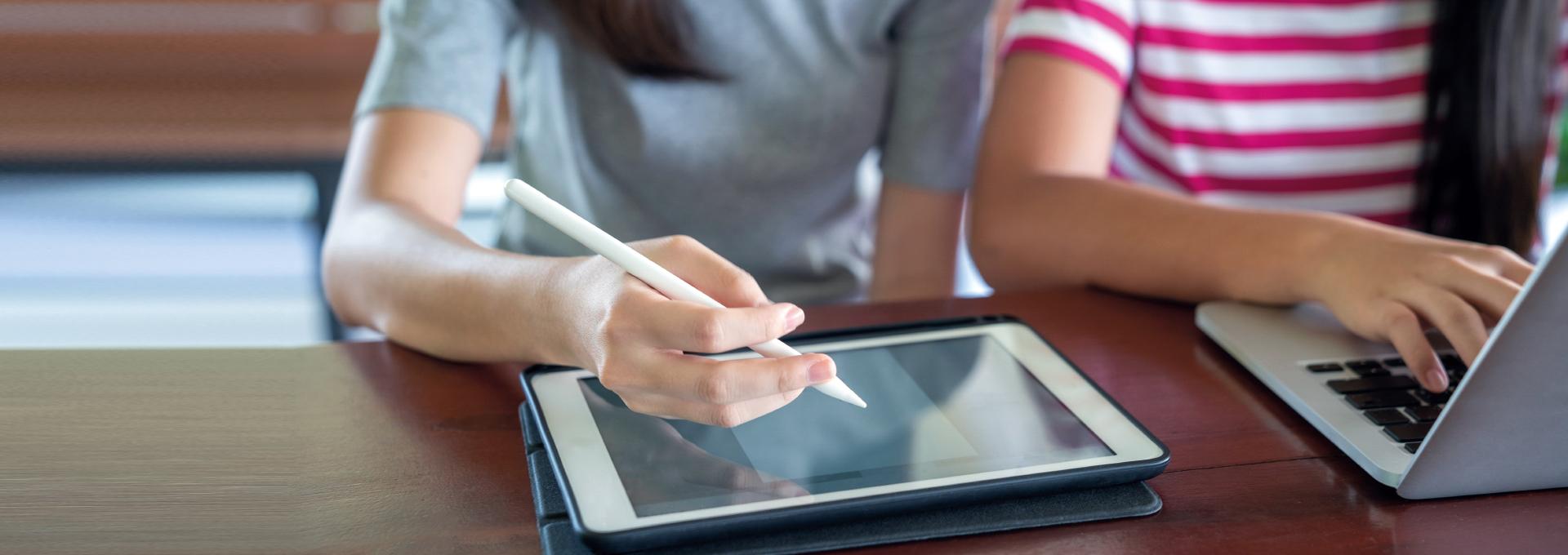Für den Besuch eines Webinars braucht es nur einen Laptop und eine Internetverbindung.