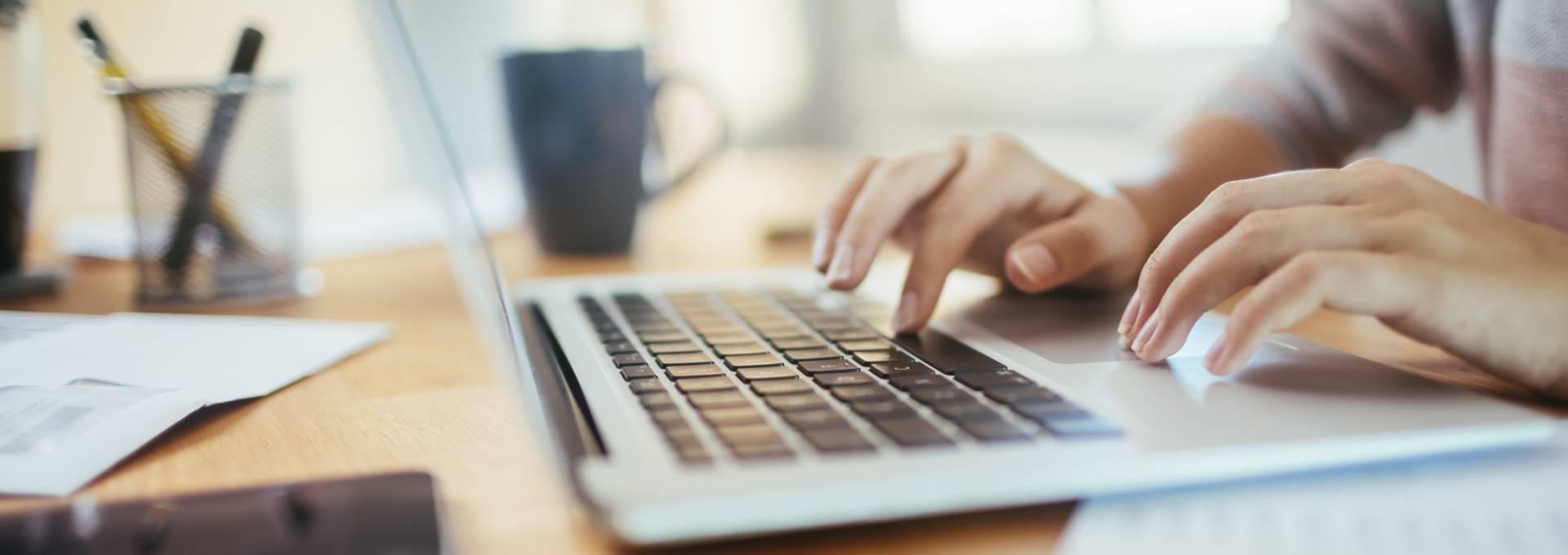 Für die Arbeit im Homeoffice braucht es grundsätzlich wenige Geräte. Dies unterscheidet sich je nach Arbeit, die verrichtet werden soll.