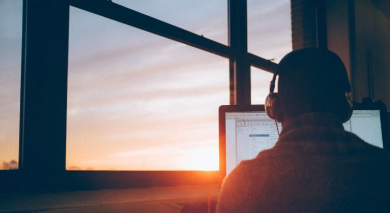 Im Homeoffice kann die Arbeit dann erledigt werden, wenn der Mitarbeiter oder der Freelancer die Zeit dafür einteilt.