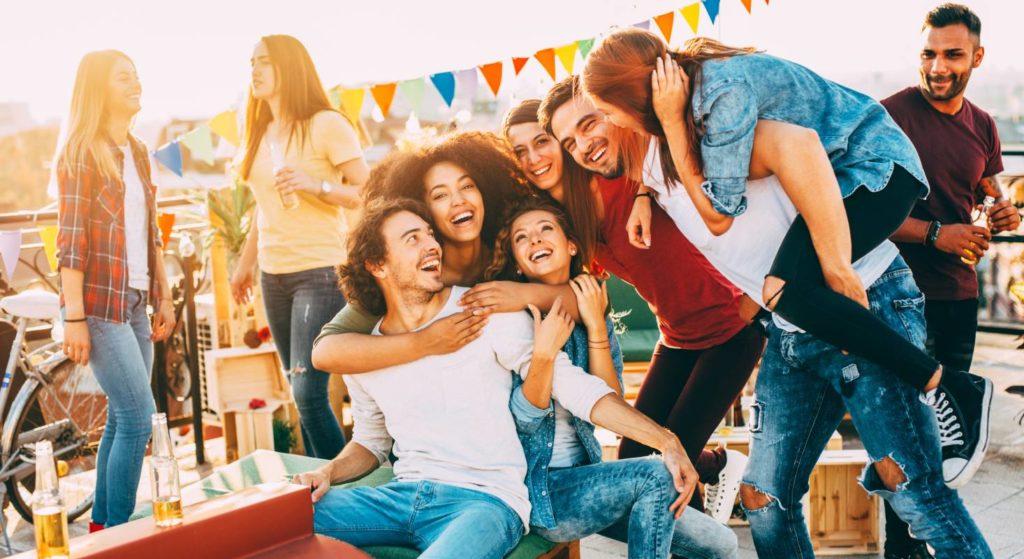 Junge Menschen feiern eine fröhliche Party. Dazu braucht es gute Musik.