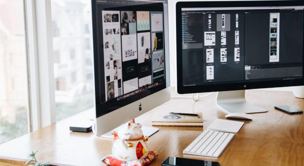 Zwei Bildschirme und eine Tastatur zeigen ein gut ausgerüstetes Homeoffice.