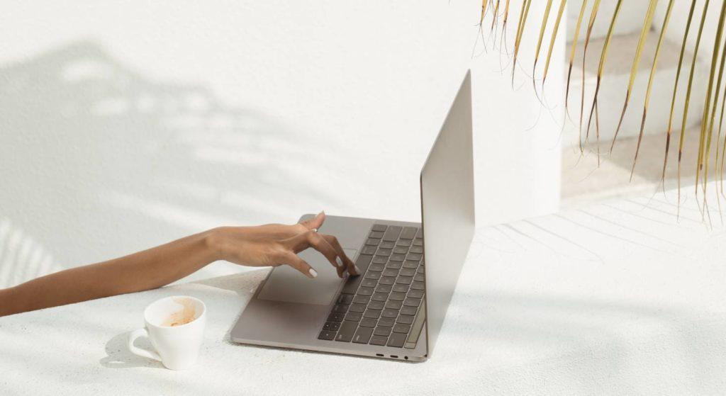 Unter Palmen und irgendwo zu arbeiten statt in einem Büro ist heute keine Seltenheit mehr.