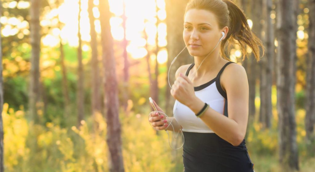 Ein Ausgleich zur Arbeit im Homeoffice kann Bewegung an der frischen Luft sein.