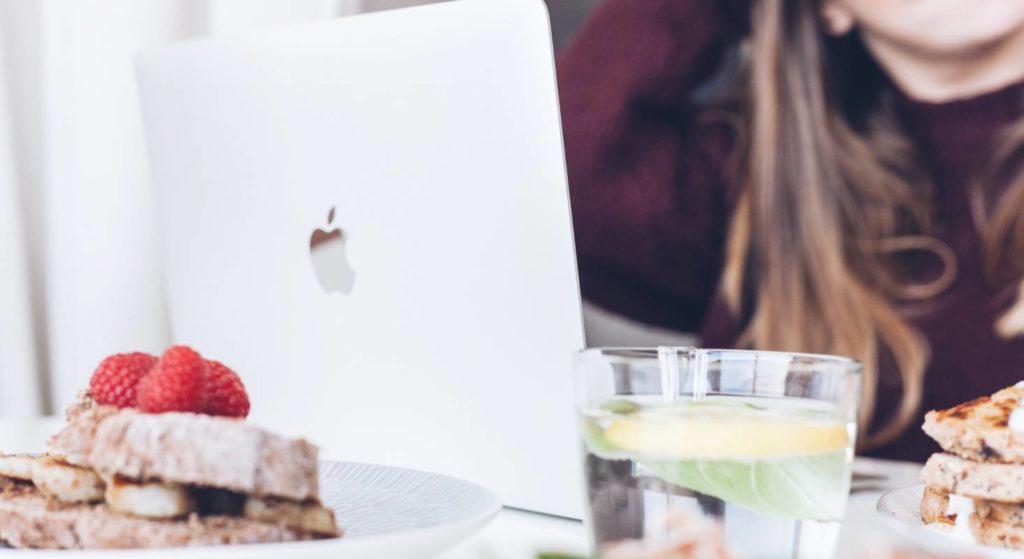Unterwegs im Café mit dem MacBook. Da lauern viele Bakterien und Viren, die sich auf dem Gerät festsetzen können.
