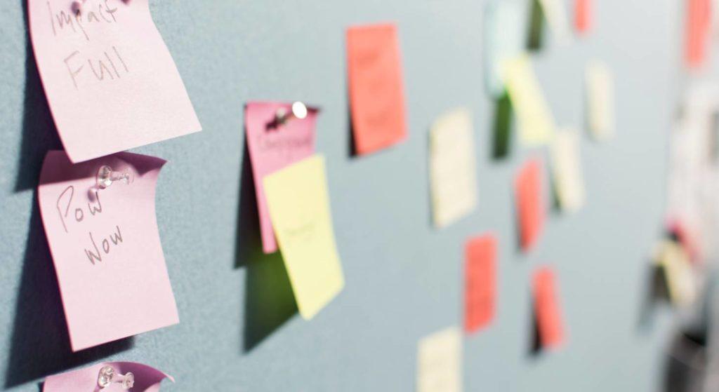 Verschiedene Methoden zur Organisation des Homeoffice haben sich bewährt. Zum Beispiel das Projektmanagement mit Post-It's.