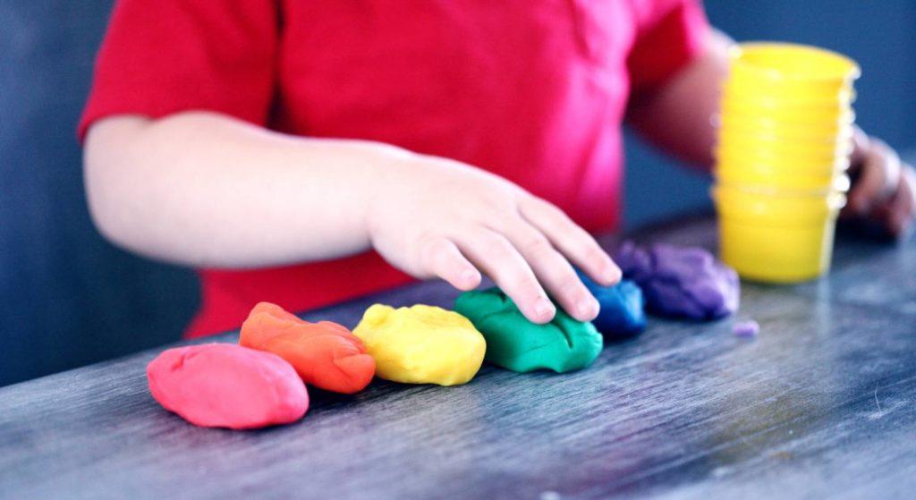 Neben dem Schulunterricht ist es wichtig, dass Kinder auch bewusst Freizeit zum Spielen nutzen.