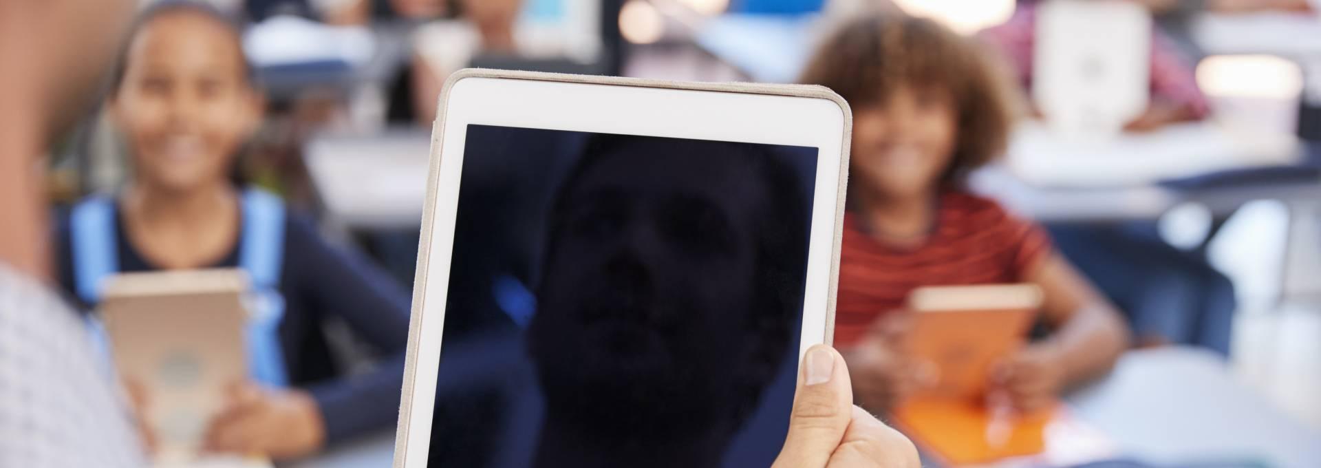 Für die Umsetzung des Lehrplan 21 bringt ein iPad im Klassenzimmer Vorteile für Schüler und Lehrer.