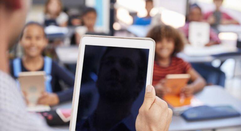 Ein iPad im Klassenzimmer bringt Vorteile für Schüler und Lehrer bei der Umsetzung des Lehrplan 21.
