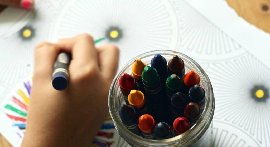 Buntstifte und das Malen damit wird den Kindern in der Schule neben dem iPad erhalten bleiben.