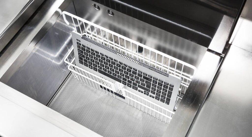 Die Waschmaschine von Techsave reinigt Elektronik, die mit Flüssigkeiten in Berührung kam.
