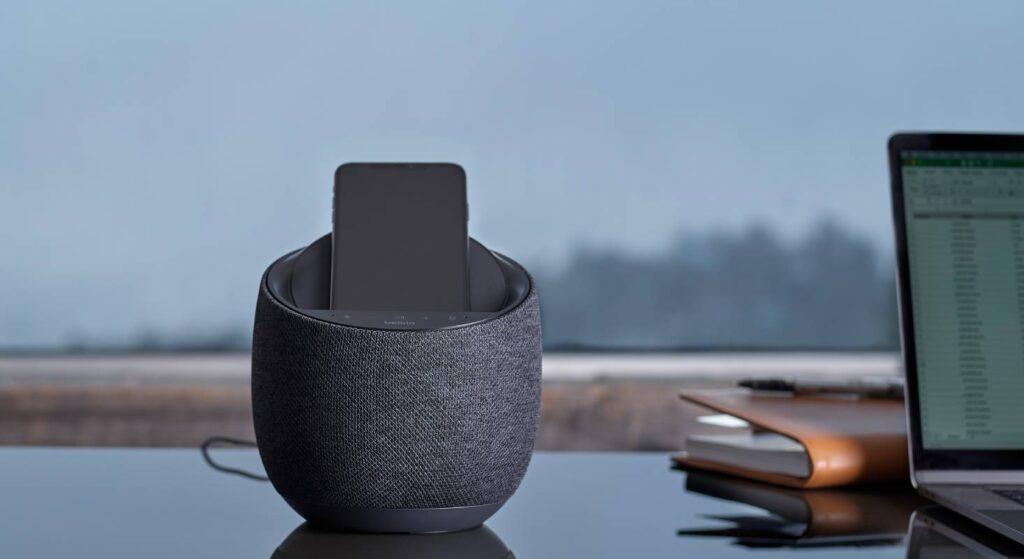 Der Belkin SOUNDFORM Elite Speaker verfügt über eine Induktionsfläche, um das Smartphone zu laden.