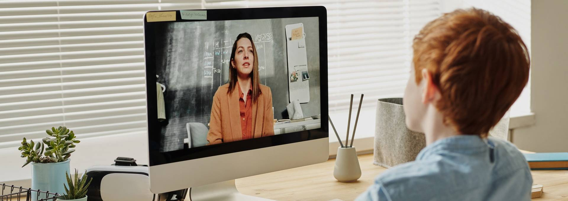 Über Videochat kommunizieren Lehrpersonen mit den Lernenden.