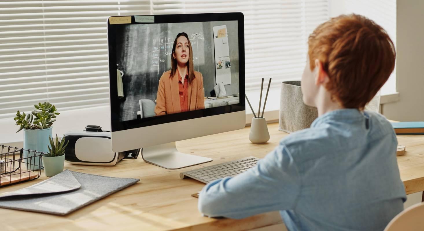 Über Videochat können Lehrpersonen mit den Lernenden kommunizieren.