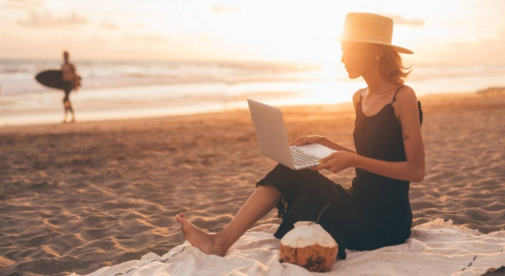 Am Strand zu arbeiten ist der Traum von vielen Digitalen Nomaden.