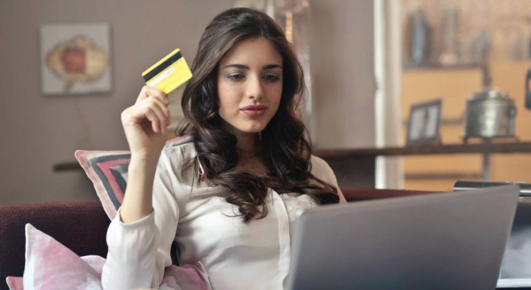 Beim Online Shopping kommen Betrüger durch Fake Shops an deine persönlichen Daten.