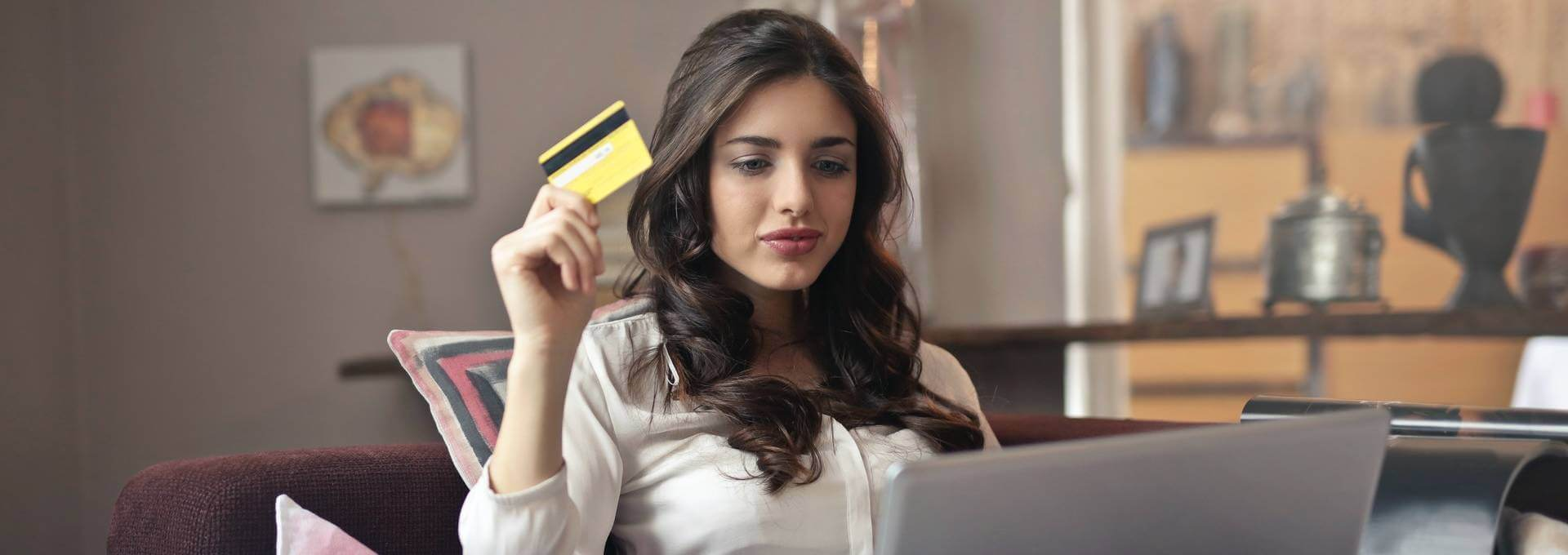 Vorsicht beim Online Shopping! Fake Shops haben es auf deine persönlichen Daten abgesehen.